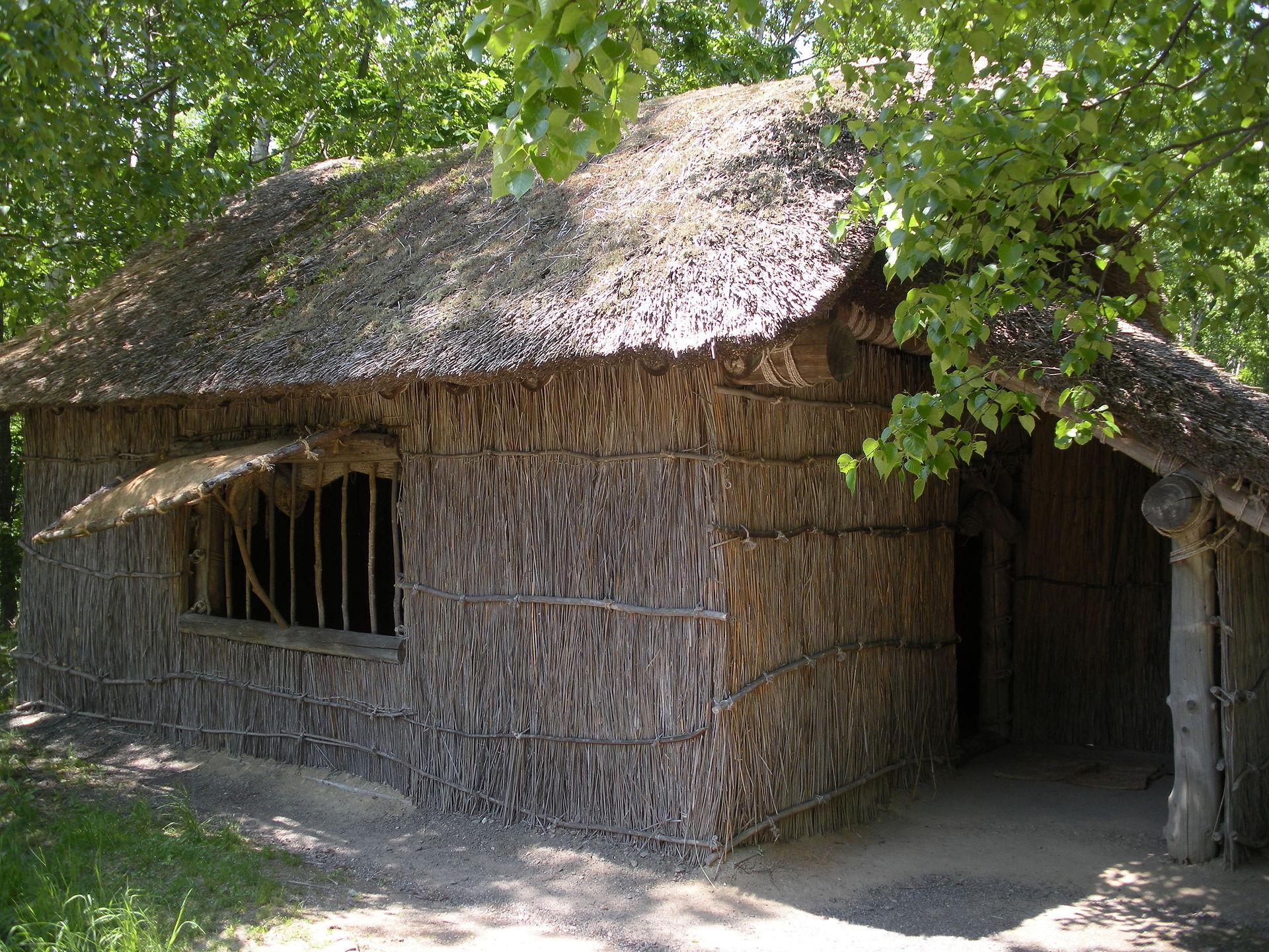 札幌市厚別区の「北海道開拓の村」に再現された、開拓民の小屋。当時の三毛別の家々も、これと似たようなものだった