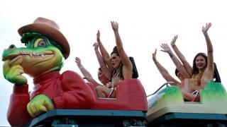 全裸でジェットコースターに乗ってガン治療の募金を募る英国美女たち(画像アリ)