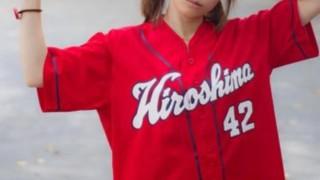 【動画】野球観戦に来てる女子 野球にまったく興味なくてワロタwwwww…野球そっちのけで自撮りに夢中な女子学生がテレビ中継される