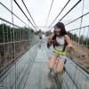 【崩壊の予感】中国で完成したばかりの全面シースルー吊橋、観光客がコップを落としてさっそくヒビが入る(画像有)