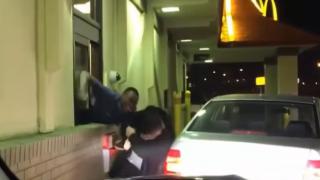 マクドナルドのドライブスルーで黒人店員が白人客をフルボッコに(動画)