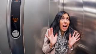 エレベータ落下 女性を助けた男性「ハッピーニューイヤー」と言い残して死亡…エレベーター落下事故 生存率を上げる方法