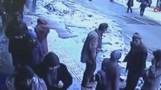 頭上に大量の落雪 通行人が生き埋めになる衝撃の瞬間映像 / トルコ