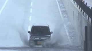 冠水した道路を強行突破した車の末路…笑撃GIF画像