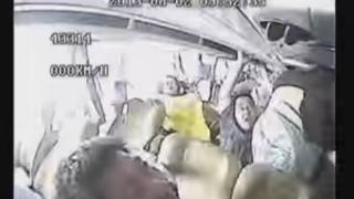 バス横転時シートベルト着用してない乗客たちはこうなる…車載カメラ映像