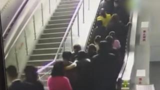 中国でとんでもないエスカレーター事故<動画・GIF>人が乗りすぎて逆走ハプニング
