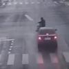 ひき逃げの瞬間<監視カメラ映像>中国 倒れた男性を6分間も見て見ぬふり完全無視