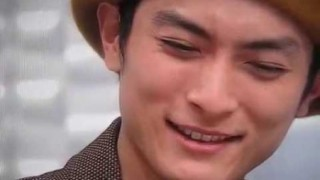 避難所で給水ボランティアしている俳優の高良健吾さんが見つかってしまう<画像>熊本地震