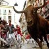 人が次々と宙に舞う スペイン牛追い祭り名シーンダイジェスト映像がおもろい ※動画※