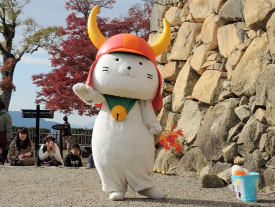 Hikonyan_performing_at_Hikone_Castle