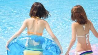 【画像】プールやビーチで見る水着女子って可愛く見えるよな