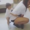 パパの真似してママにしがみつきめっちゃ腰振りはじめる赤ちゃん<動画とGIF>ママもノリノリである