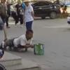 これは笑う 両脚がないフリして物乞いしてた男性 嘘がバレた結果 ※GIF・動画像※