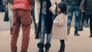【酷い現実】貧しい少女と裕福な少女 大人達の態度がどう変化するか社会実験映像 ※音付GIFと動画※