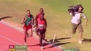 オリンピック陸上選手より早くゴールしてしまったカメラマン ※GIF画像※