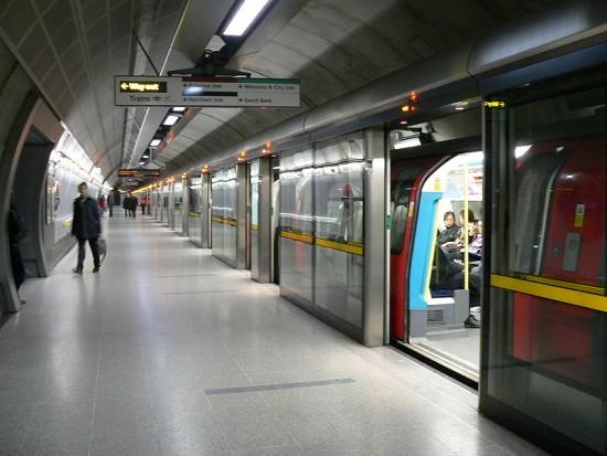 wpid-800px-Westbound_Jubilee_Line_platform_at_Waterloo.jpg