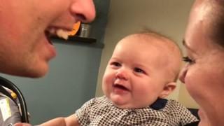 パパとママがチューする時の赤ちゃんの反応がカワイイwww