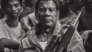 フィリピン大統領ポッケに手を突っ込みガム噛み眠りながら習近平と会談<全方位喧嘩外交 >態度悪すぎるドゥティルテ氏 天皇陛下との会見に心配の声