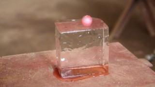 1600度の鉄球を氷の上に乗せるとどうなるか⇒動画が300万回再生