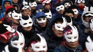韓国パククネ大統領の退陣求めたデモに超巨大慰安婦像が出現くっそワロタwwwww