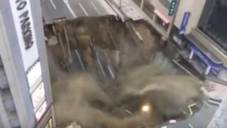 このセブン入るのムズすぎぃい<動画像>博多駅前・道路陥没の瞬間 福岡市長の怒り