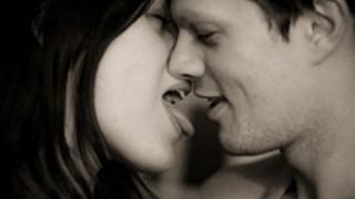 【裏山注意】10回キスして彼氏をボッキさせたら勝ちとかいうゲームが流行→ 動画