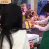 スーパーの店員がカニを使って超絶マジックを披露し話題に→ 動画