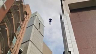 赤坂駅上空に浮遊する謎の黒い物体