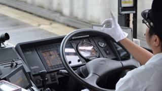 スマホゲームしながら足でハンドル操作するバスの運転手が話題 ※動画アリ※