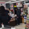 【炎上】名古屋コンビニでジジイが店員に商品投げつけ土下座強要<動画>怖すぎ腹立つ・・・
