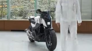【ナニコレ凄い】倒れないで自立 無人で人の後を追うバイクをホンダ世界初公開<動画アリ>Honda Riding Assist