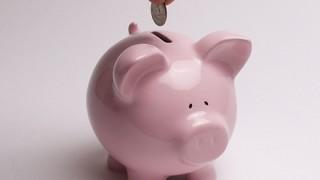 【金利】公務員の定期預金は破格の高利 50万円を10年預ければ利子が10万円超え 民間はたった597円