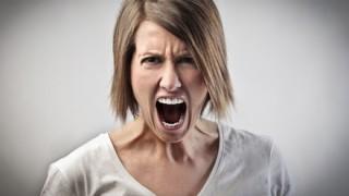 「電車内でずっとお腹ナデナデ。妊婦自慢か?不愉快だ。電車なんか乗るな!」電車内の『妊婦』にストレスを感じる女性たち