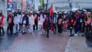 渋谷に降臨したキチガイ 美少女とその信者たちが話題 → 画像