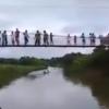 【惨事】吊り橋が重さに耐えきれず30人が一斉にドボン! ※GIfと動画※