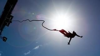 【悲報】女子高生さんバンジーで「no jump」を「now jump」と聞き間違える →