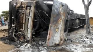 【地獄絵図】タンクローリー事故現場から燃料を盗もうと230人が集まった結果 →画像 ※閲覧注意※
