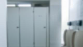【画像】トイレのドア開けたらなんかいたwwwwww