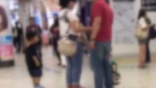 【公然DV】赤ん坊を抱えた母親をボコボコにするおっさんと素通りする人々が話題