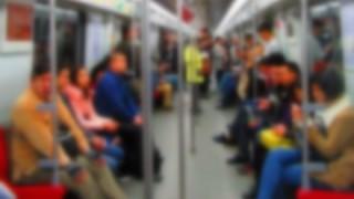 【驚愕の民度】混雑した電車内で子供にオシッコさせる中国人が話題 →動画とGIf