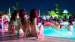 【行きたい・・】流行りのナイトプールにいる女の子たち →画像