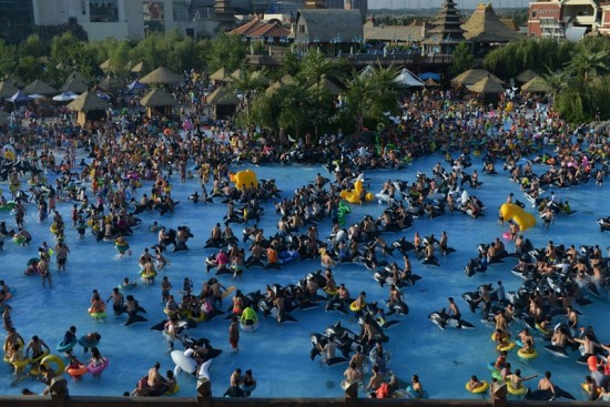 PAY-People-Crowd-At-Water-Park (1)