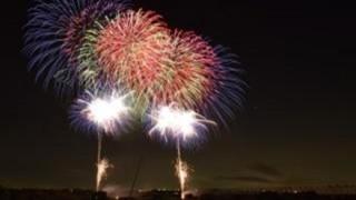 花火と雷の奇跡のコラボレーションをご覧ください<関東大雷雨>都心で1000発の落雷