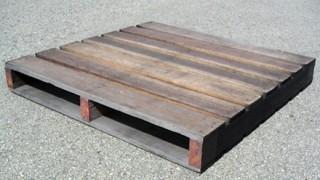 【これは死ぬわ】木製パレットを37枚重ね乗り作業 男性転落死 →イメージ画像