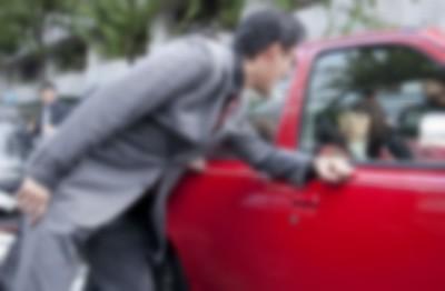 黒塗り高級車にぶつけてしまった女子大学生の末路