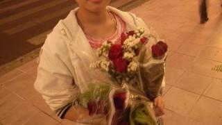 【画像】買うまで抱きつかれる『花売りの少女』が話題 お前ら急げwwwwww