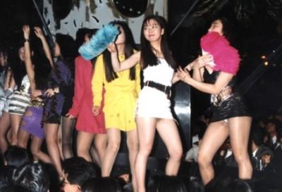 女子高生たちがボディコン『バブル女』を完全再現ダンス<GIfと動画>「衣装は祖母に借りた」