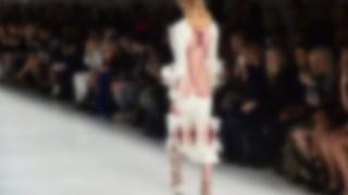 『女性器』を表現した最先端ファッションをご覧ください →動画像