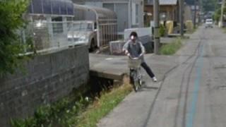 【決定的瞬間】自転車に乗る婆さん用水路に落ちる様子をグーグルマップカーが激写 →画像