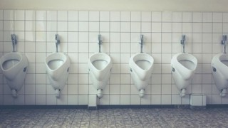 「おしっこに力を!」排尿の平等を求める女性たちが抗議行動